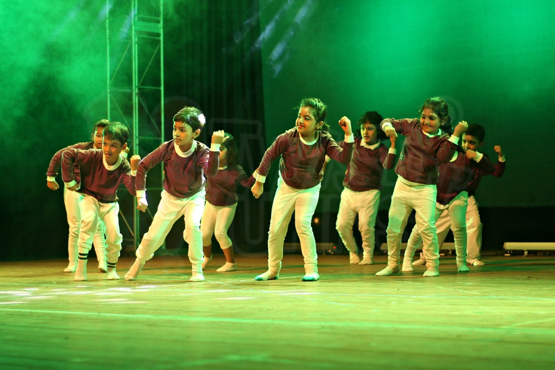 kids dance class in kolkata performing on stage
